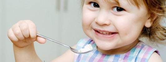 Τα μωρά πρέπει να τρώνε αυγά και φιστίκια για να μειώσουν τον κίνδυνο εμφάνισης αλλεργίας