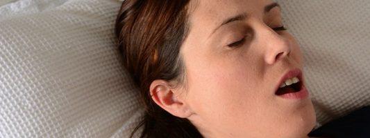 Βουλώνει η μύτη σας όταν ξαπλώνετε; Δείτε τι να κάνετε