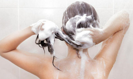 10 λάθη που κάνουμε όταν λούζουμε τα μαλλιά μας
