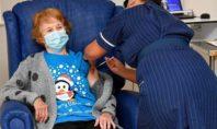 90χρονη Βρετανή έγινε η πρώτη στον κόσμο που έκανε το εμβόλιο για τον κορονοϊό