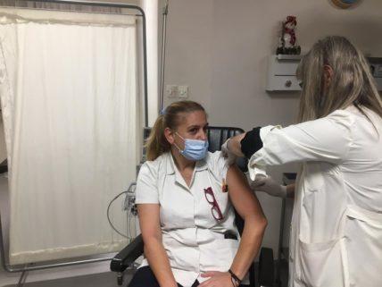 Τρίτη δόση: Σειρά παίρνουν οι υγειονομικοί – Το 56% του γενικού πληθυσμού έχει εμβολιαστεί πλήρως